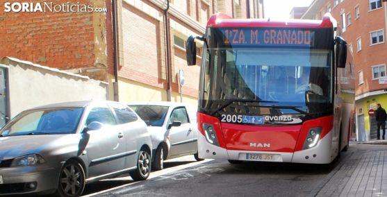 Un autobús urbano en una calle de Soria. /SN