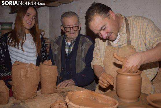 Iris y Máximo ven trabajar a Alfonso, mientras elabora una pieza. /p.v.