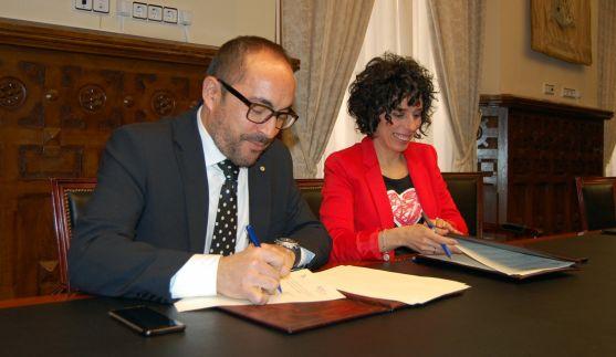 Luis Rey y Natalia Ceña rubricando el acuerdo. /Dip.