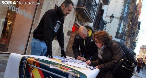 Recogida de firmas promovida por JUSAPOL en diciembre pasado en la capital soriana. /SN