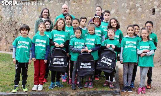 Escolares del CEIP La Arboleda, en el escenario en el que entrenan. /Bernat Díez