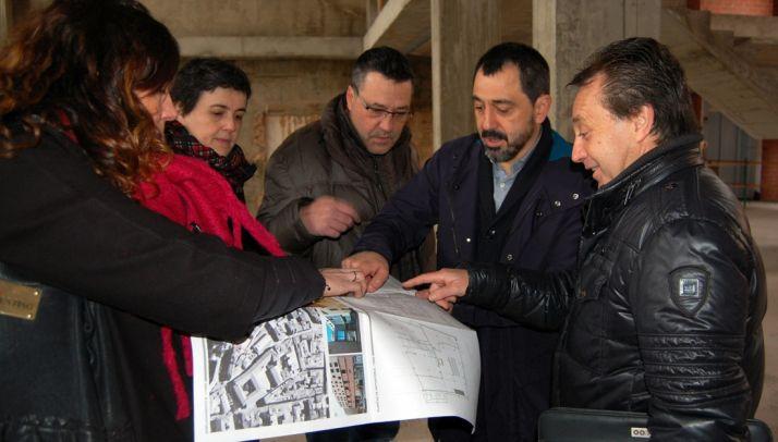 Concejales y técnicos municipales y de la empresa supervisan los planos. /Ayto.