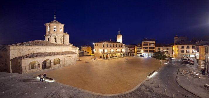 Vista nocturna de la plaza de Almazán. /Fernando Guerra
