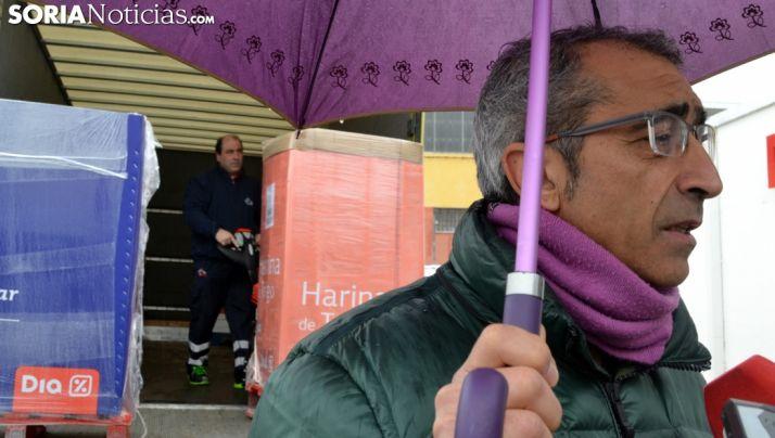 Hidalgo, con los medios informativos durante el cargamento. /SN