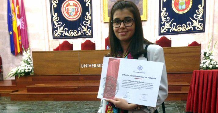 La profesora, con el documento que la acredita como premiada. /UVa