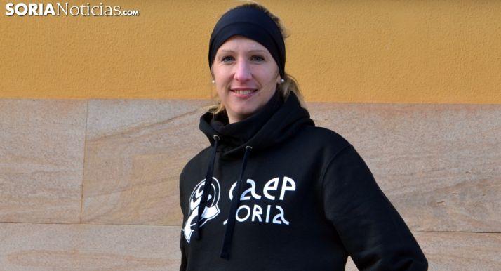 Estela Navascués, delante del CAEP con ropa de entrenar. Sergio García.