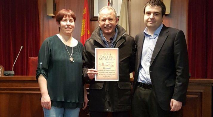 La ganadora, con el alcalde adnamantino en la entrega del premio.
