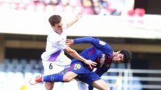 Íñigo Pérez y Carles Aleñá pugnan por un balón en Barcelona. LaLiga