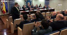 Aparicio, tras la reelección, recibe la felicitación de los asociados. /SN
