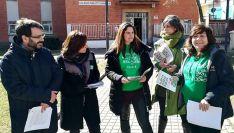 Miembros de la plataforma este jueves frente el colegio Numancia. /EP