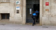 Agentes de la Policía Local tras el aviso, entran en el edificio. /SN