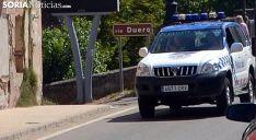 Un vehículo de la Policía Municipal en el puente sobre el Duero. /SN