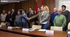 Alcaldes y responsables de la Junta tras la rúbrica de la cesión. /Freddy Páez