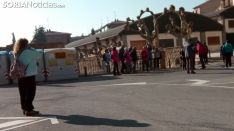 Un grupo de turistas en la plaza del Puente Caña en Ágreda./SN
