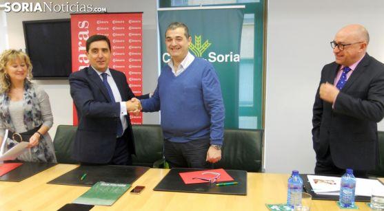 Martínez y Santamaría tras la rúbrica del acuerdo acompañados por Sánchez y Barca. /SN