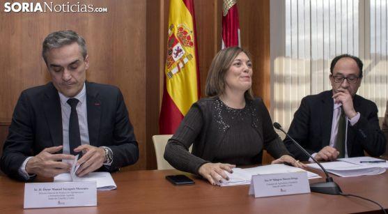 Milagros Marcos, entre el director de Infraestructuras Agrarias (izda.) y el delegado de la Junta. /SN