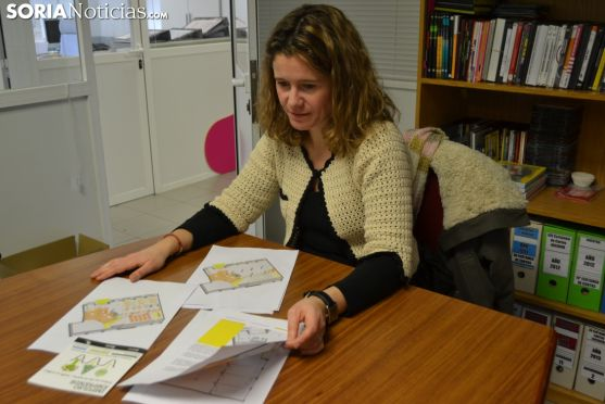 Marta Cáceres revisa los planos del nuevo centro de coworking en Soria. Soria Noticias.