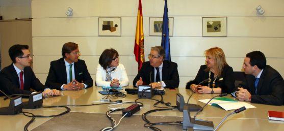 Una imagen de la reunión con el ministro (ctro.).