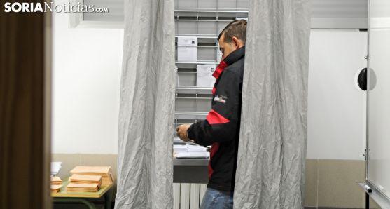 Un votante soriano elige su voto en una cabina electorial. /SN