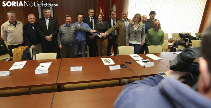 Alcaldes y responsables de la Junta tras la rúbrica de la cesión. /