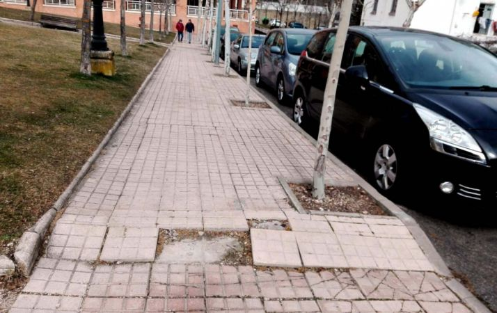 Imagen de una acera en la calle Cronista Rioja. /IU