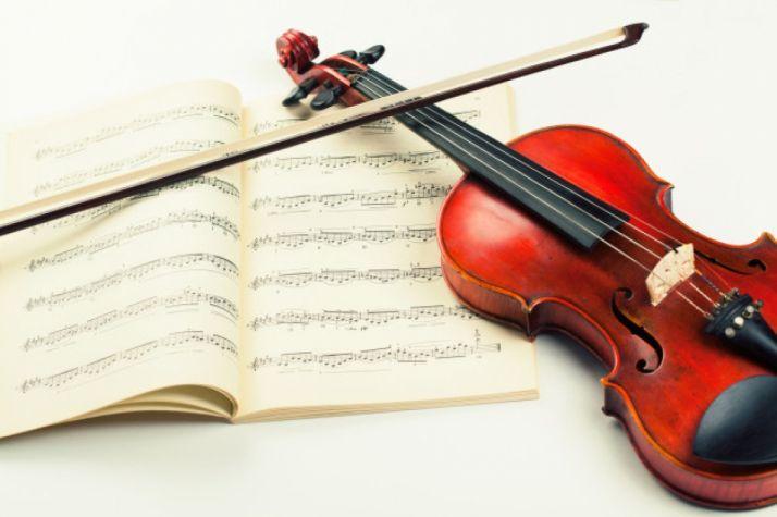 Partitura e instrumento. Imagen de archivo.