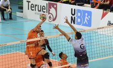 Igor Silva salta en Los Planos de Teruel durante una de las contiendas de la serie final. RFEVB.