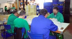 Trabajadores en el CEE de Asovicauto, en el polígono Las Casas de Soria.