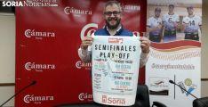 Alfredo Cabrerizo, presidente del Río Duero, posa con el cartel de los play-off./SN