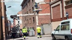 Operarios municipales instalan los farolillos en la calle Morales Contreras este mediodía. /SN