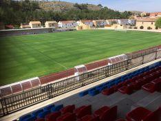 Eliminación elementos antiguos de iluminación e instalación de nuevos en el campo de fútbol.