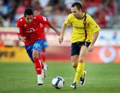 Mario Martínez y Andrés Iniesta disputan un balón. CD Numancia.