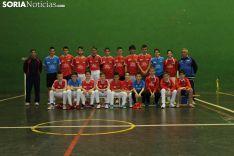 La plantilla del Club Pelota Urbión, en el polideportivo de Covaleda. Bernat Díez.