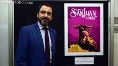 Muñoz con el cartel ganador. /José Herrero