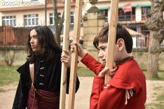 Taller infantil sobre el manejo de picas medievales.