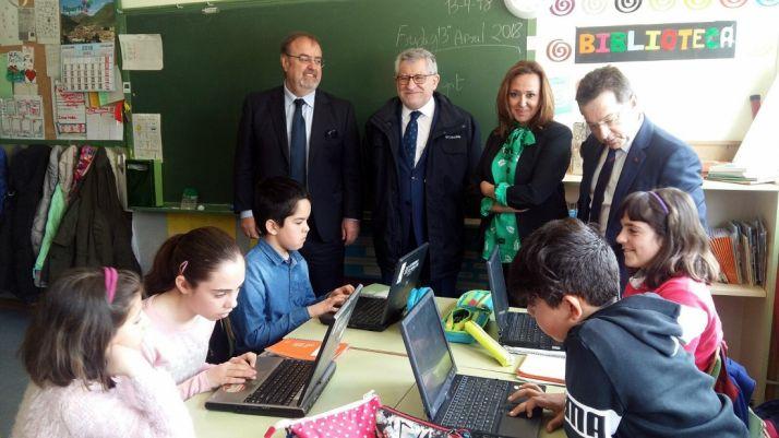 Fernando Rey (izda.), en una escuela rural de Zaragoza este viernes.