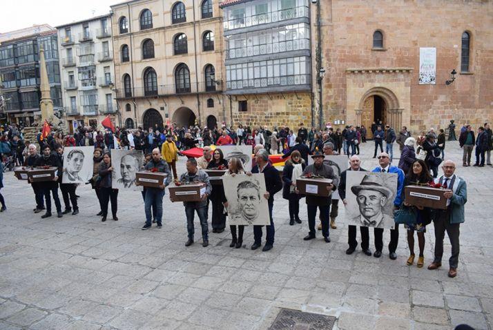 GALERÍA DE IMÁGENES: Los familiares de las víctimas de la 'Fosa de los maestros' y de Abundio Andaluz han recibido sus restos mortales