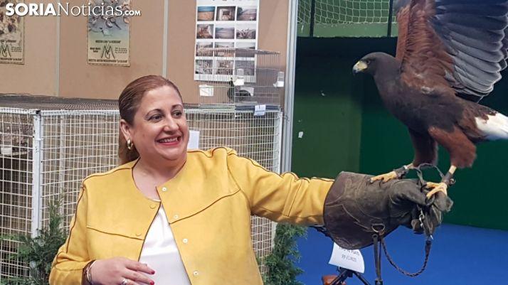 La subdelegada, con un ave rapaz en la feria adnamantina. /SN