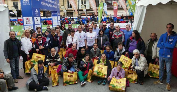 Foto 1 - Más de 50 personas participaron en la actividad inclusiva del duatlón de Soria