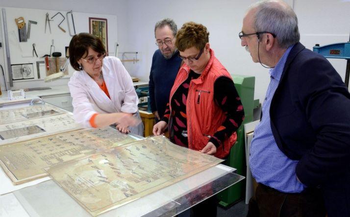 Carlos de la Casa (2º izda.) y los responsables del Machado observando algunas de las láminas. /Jta.
