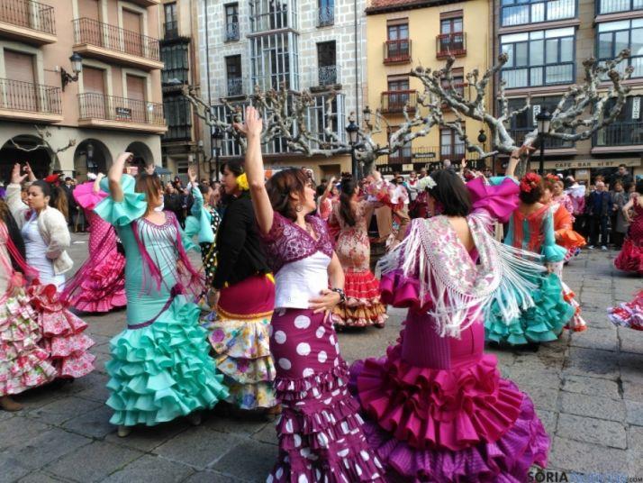 Baile de sevillanas en la plaza Mayor de la capital soriana.