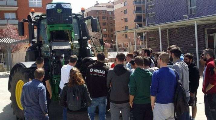 Foto 1 - Alumnos del CIFP Pico Frentes se familiarizan con la maquinaria agrícola