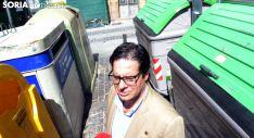 Martín, entre los contenedores de la palza del Portillo. /SN