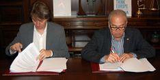 Carlos Martínez y Modesto Fernández en la rúbrica del acuerdo. /Ayto.