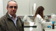 Rafael Pardo, director del Departamento de Química Analítica, en un laboratorio de la Facultad de Ciencias. /UVa