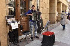 Vitaly Lagutik, su sonrisa y su acordeón en el centro de Soria. /SN