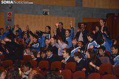 Los estudiantes recogiendo sus carnets / José Herrero