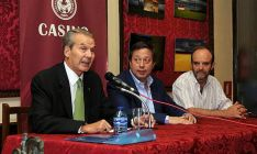 El autor (a la izda. junto a Saínz y Martínez Laseca), ya ganó la tercera edición.