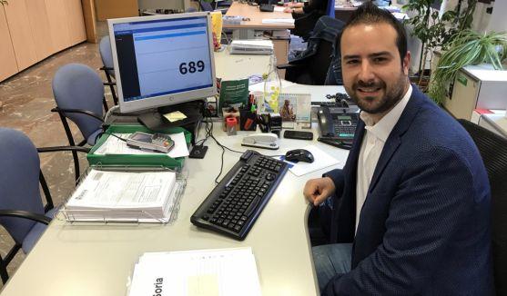 Ángel Hernández, tras el sorteo con el número en pantalla. /Ayto.