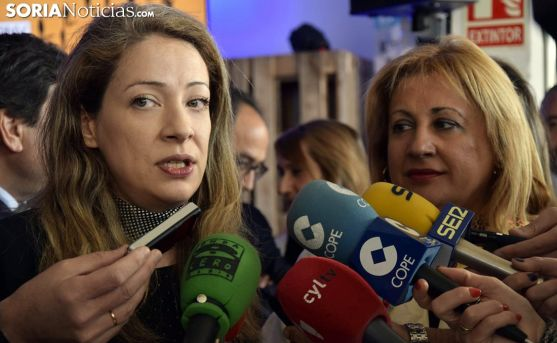 Edelmira Barreira, con la subdelegada del Gobierno este miércoles. /José Herrero